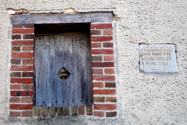 Inscription sur le mur du presbytère de Bisseuil