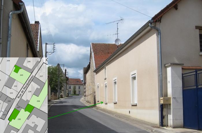 Le bas de la rue de Mocquebeau et la maison de Rémy Métrude (vue de la place principale)